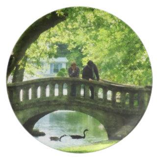 Pares en el puente en parque platos para fiestas