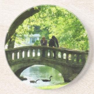 Pares en el puente en parque posavasos para bebidas
