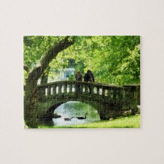 Pares en el puente en parque puzzle con fotos