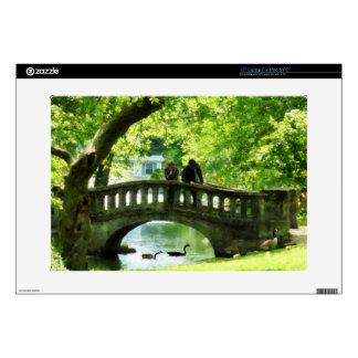 Pares en el puente en parque portátil calcomanías