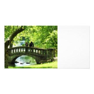 Pares en el puente en parque tarjetas con fotos personalizadas