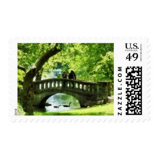 Pares en el puente en parque timbres postales