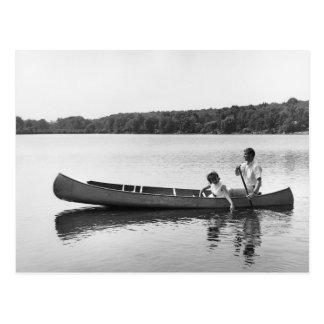 Pares en una canoa tarjeta postal
