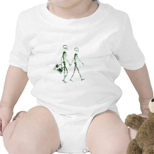 Pares esqueléticos de la radiografía que viajan - traje de bebé