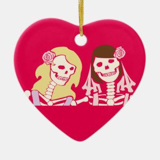 Pares esqueléticos femeninos rubios y triguenos adorno navideño de cerámica en forma de corazón