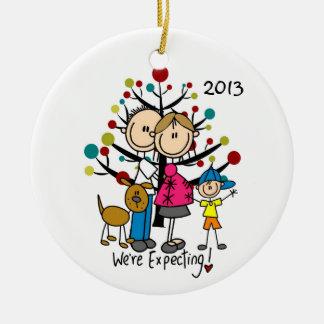 Pares expectantes con el ornamento de la familia adorno navideño redondo de cerámica