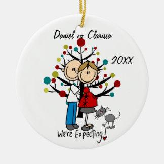 Pares expectantes, ornamento de encargo del día de adorno navideño redondo de cerámica