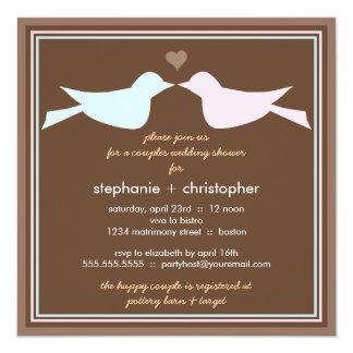 Pares felices de los pájaros del amor que casan la invitación 13,3 cm x 13,3cm