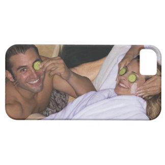 Pares jovenes que disfrutan de un tratamiento del  iPhone 5 Case-Mate cobertura