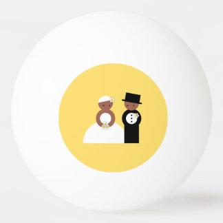 Pares lindos del boda pelota de tenis de mesa