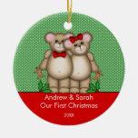 Pares lindos del oso nuestro primer ornamento del  adornos de navidad