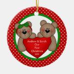 Pares lindos del oso nuestro primer ornamento del  ornamento de navidad