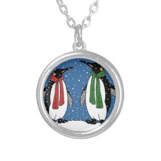 Pares lindos del pingüino, bufandas del navidad, collar plateado