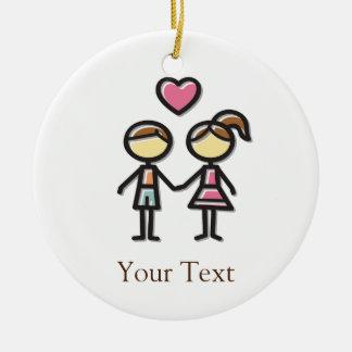 pares lindos en el amor que lleva a cabo las manos adorno navideño redondo de cerámica