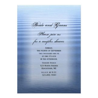 Pares ondulados del agua que casan la invitación d