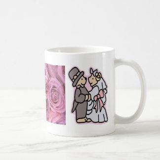 Pares preciosos del boda y taza rosada del favor