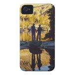 Pares que caminan al nacional de Yosemite del lago iPhone 4 Protectores