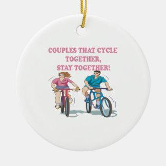 Pares que completan un ciclo juntos adorno navideño redondo de cerámica