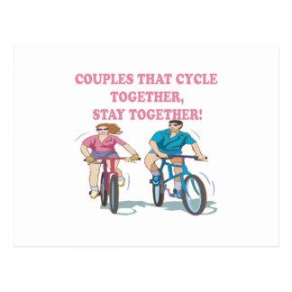 Pares que completan un ciclo juntos tarjetas postales