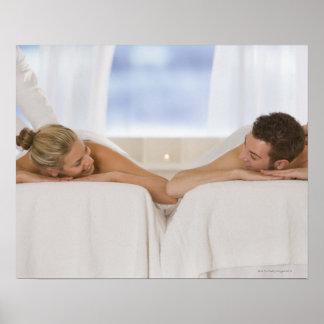 Pares que consiguen masajes poster