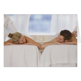 Pares que consiguen masajes tarjeta de felicitación