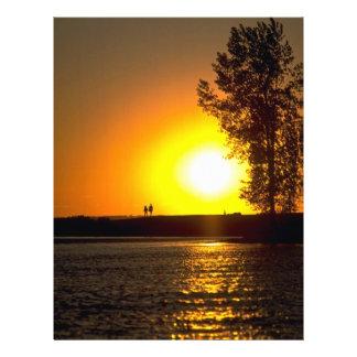 Pares que dan un paseo en la puesta del sol, río d flyer personalizado