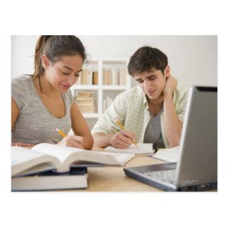 Pares que estudian junto tarjeta postal