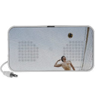 Pares que juegan a voleibol de playa en seis senti mini altavoz