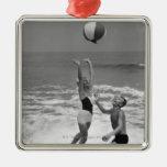 Pares que juegan con un Beachball Ornamento De Navidad