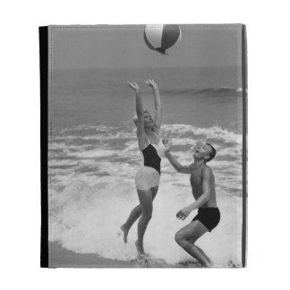 Pares que juegan con un Beachball