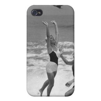 Pares que juegan con un Beachball iPhone 4/4S Carcasas