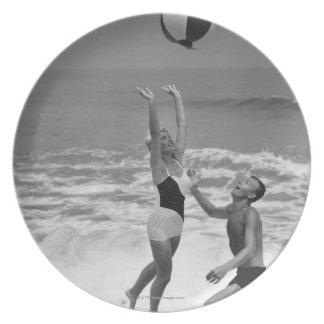 Pares que juegan con un Beachball Plato De Cena