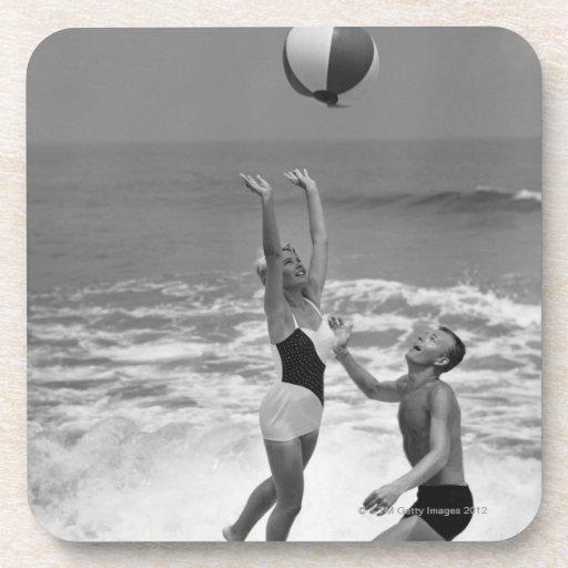 Pares que juegan con un Beachball Posavaso