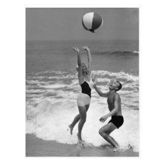 Pares que juegan con un Beachball Postal