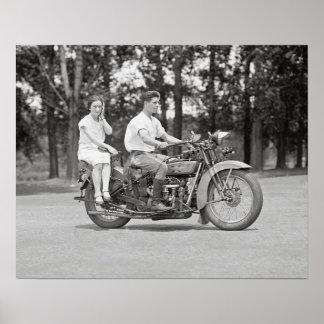 Pares que montan a Motorcyle, 1928. Foto del Póster