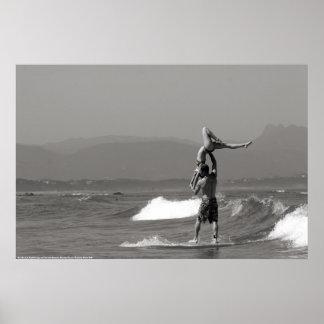 Pares que practican surf en tándem impresiones