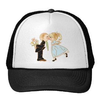 Pares que se besan lindos gorras