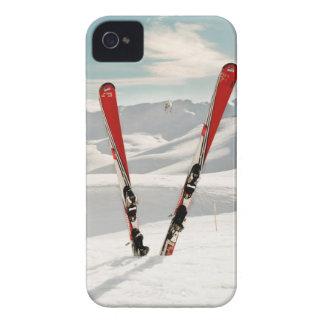 Pares rojos de esquí que se colocan en nieve Case-Mate iPhone 4 fundas