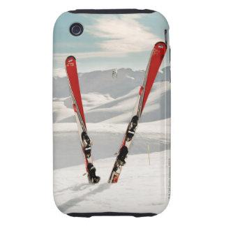 Pares rojos de esquí que se colocan en nieve iPhone 3 tough protector