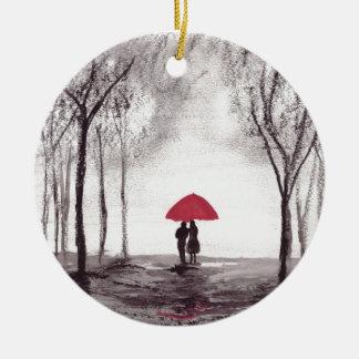 Pares rojos del amor del paraguas adorno navideño redondo de cerámica