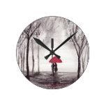 Pares rojos del amor del paraguas reloj redondo mediano