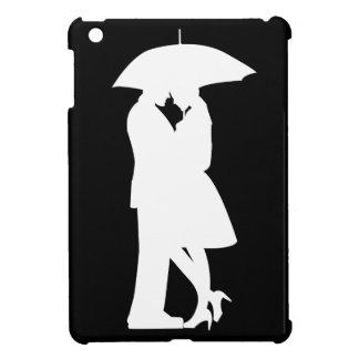 Pares románticos bajo caso del iPad del paraguas m