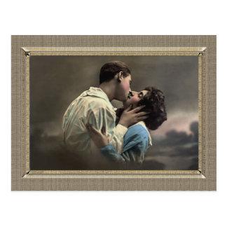 Pares románticos - beso cariñoso postales