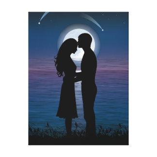 Pares románticos de la silueta del amor en la cost impresión de lienzo
