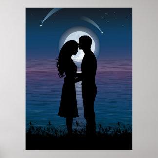 Pares románticos de la silueta del amor en la cost póster