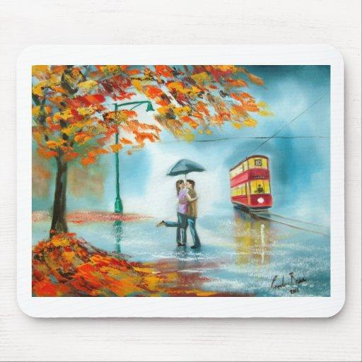 Pares románticos del paraguas rojo de la tranvía d tapetes de ratón