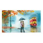 Pares románticos del paraguas rojo de la tranvía d plantilla de tarjeta de visita