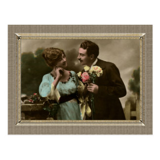 Pares románticos - traer sus flores postal