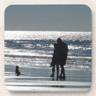 Pares y su perro por el océano - Personalizable Posavasos De Bebida