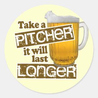 Parodia de consumición de la cerveza divertida pegatina redonda